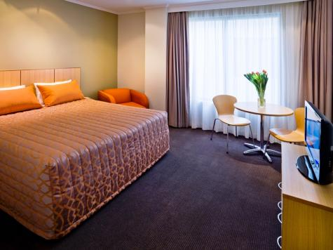 Guest Room - Queen Bed - Travelodge Sydney